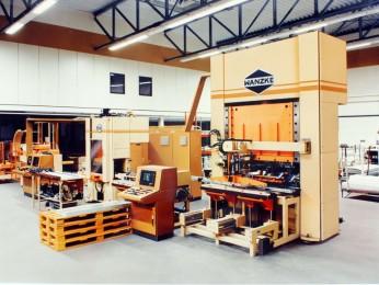 Produktionsanlagen mit zwei Pressen, mit Verkettung und Automatisierung für verspiegelte Reflektorfertigung