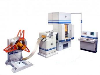 Stanzautomat in der Fertigung von Schub- und Werkzeugkästen für die Ausrüstung von Servicefahrzeugen bei der Firma Sortimo