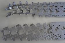Im Folgeverbundwerkzeug hergestellte Schlossteile für Schließanlagen mit automatischer Gewindeschneid- oder Gewindeformeinrichtung