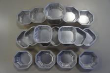 Tiernahrungsverpackung, hergestellt aus Aluminiumfolie, farbig und beschriftet